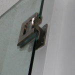 Full swing self-closing and self-centering glass door hinge