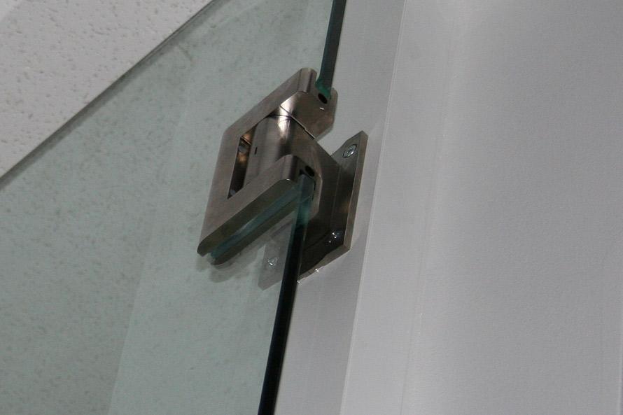 Full swing self-closing and self-centering glass door hinge