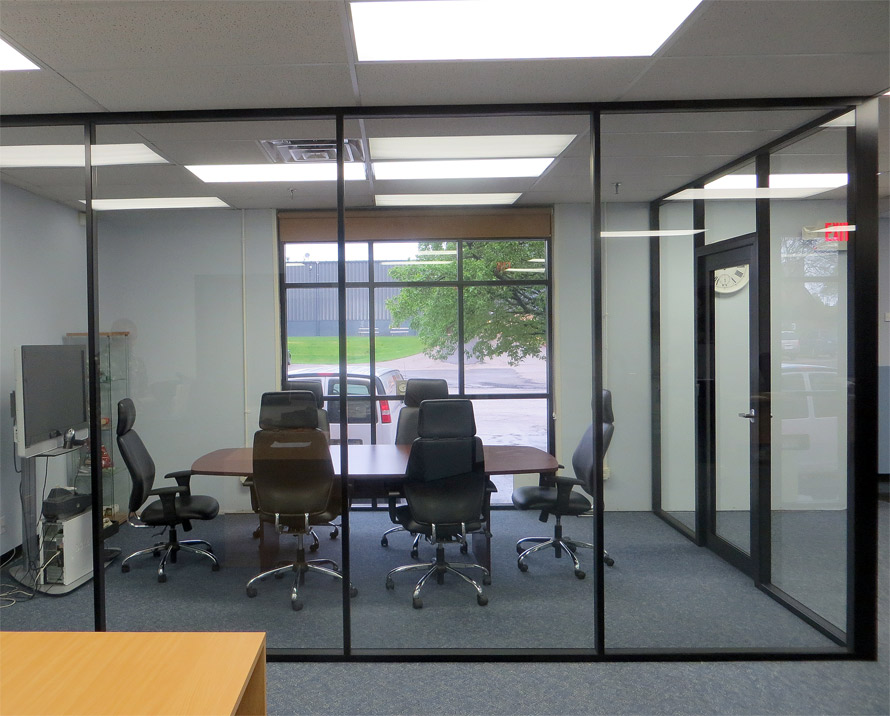 Black aluminum and glass conference room - Flex series