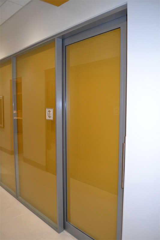 Glass demountable walls with shadow box effect