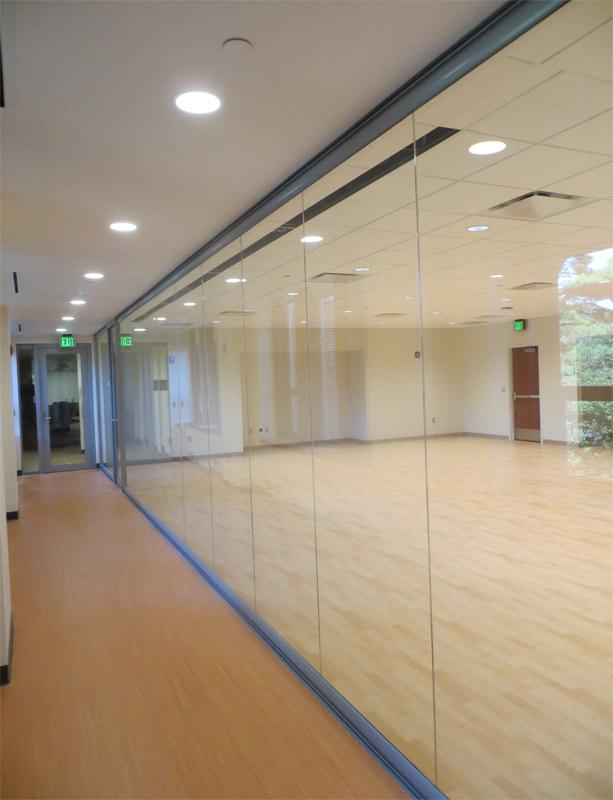 Center mount butt-joint glass wall multipurpose room