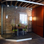 NxtWall showroom - View series curved glass center mounted office
